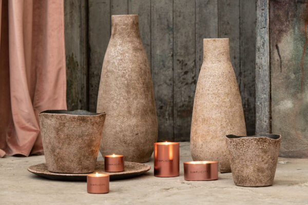 Display your flowers beautifully with this ceramic brown and pink flower pot.